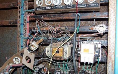 Ano máme tady vyučeného elektrikáře.