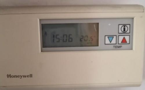Prostorový termostat Honeywell CM 41 - zavřený